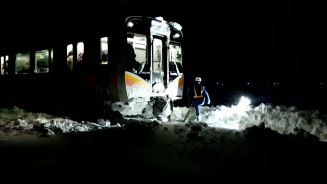 more than 400 passengers on a jr shinetsu line train in niigata prefecture were stranded overnight from january 11 to 12japan due to heavy snow... - 深い雪点の映像素材/bロール