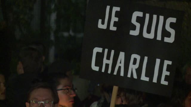 vídeos de stock, filmes e b-roll de more than 500 people gather in front of the french embassy in mexico after the attack against satirical magazine charlie hebdo in paris - méxico central