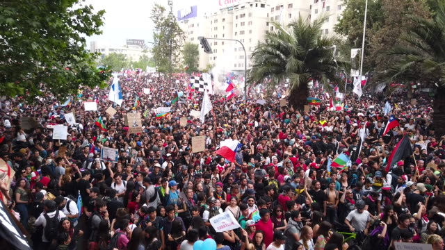vídeos de stock e filmes b-roll de more than a million people gather at plaza italia during the eighth day of protests against president sebastian piñera's government on october 25... - protesto