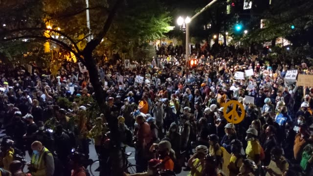 more than a thousand protesters march past mark o hatfield us courthouse as part of ongoing protests against racial injustice and police brutality on... - {{relatedsearchurl(carousel.phrase)}} stock-videos und b-roll-filmmaterial