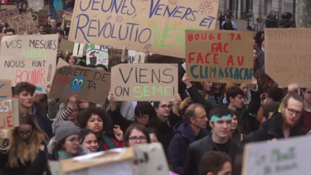vidéos et rushes de more than ten thousand students demonstrated for the climate in lyon, france, on march 15, 2019. at greta thunberg's call, thousands of students... - climat