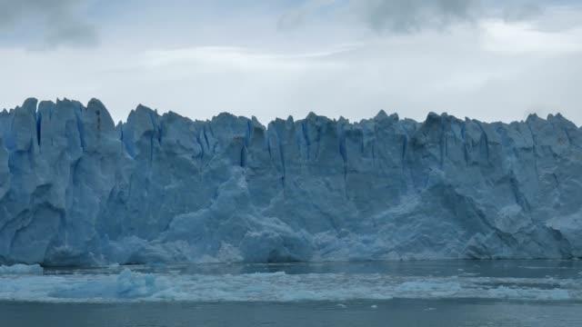 vídeos y material grabado en eventos de stock de el movimiento lento delantero del glaciar moreno - colapsar