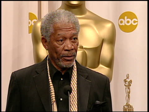 "stockvideo's en b-roll-footage met morgan freeman, winner best actor in a supporting role for ""million dollar baby"" at the 2005 annual academy awards at the kodak theatre in hollywood,... - 77e jaarlijkse academy awards"