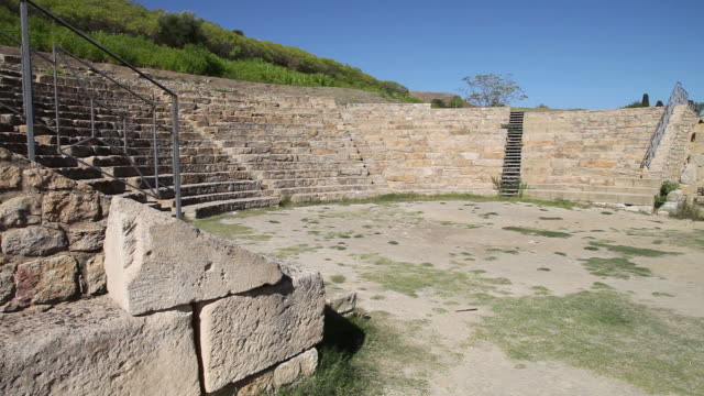 vídeos y material grabado en eventos de stock de morgantina, view of the ancient greek theater, 3rd century b.c. - siglo iii antes de cristo