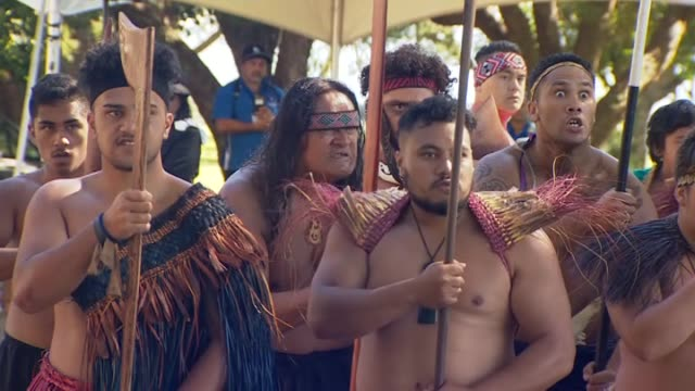 māori warriors wearing traditional costume perform powhiri as prime minister jacinda ardern stands in entourage before she made history as the first... - baia delle isole nuova zelanda video stock e b–roll