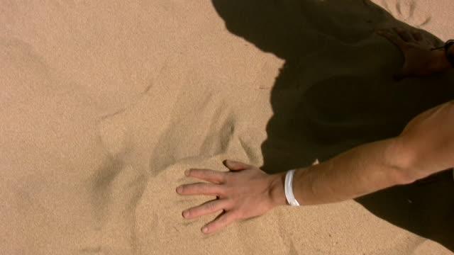 moribund in der wüste - überleben stock-videos und b-roll-filmmaterial