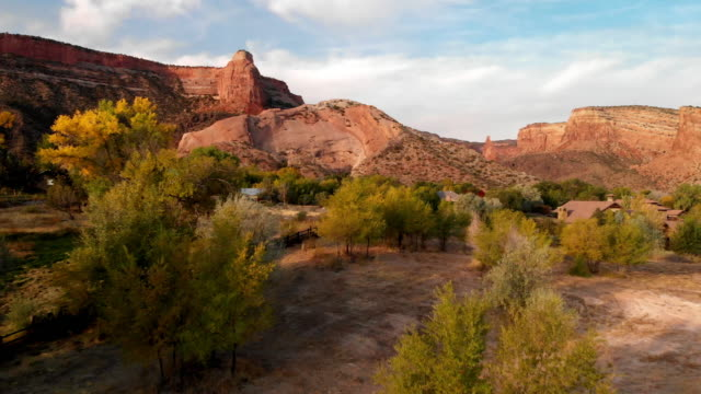 morning aerial drone aufnahmen des berühmten colorado national monument mit independence rock im westlichen colorado in der fruita grand junction area - red rocks stock-videos und b-roll-filmmaterial