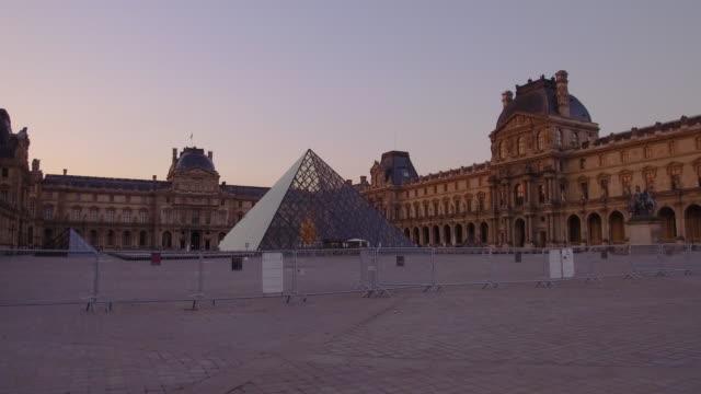 vídeos y material grabado en eventos de stock de morning at louvre museum (musee du louvre), paris, france - museum