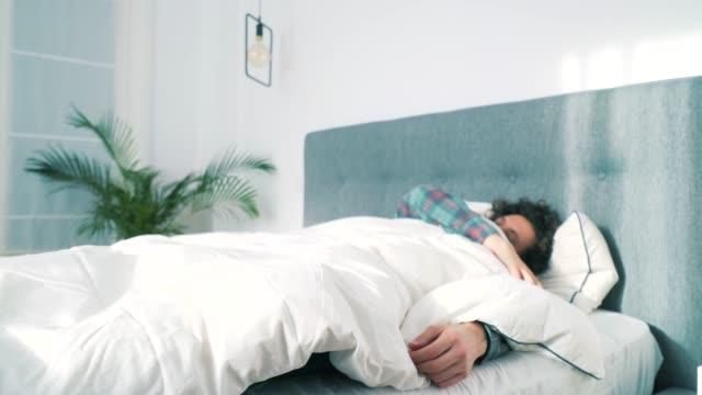 vidéos et rushes de mal de dos matin. - back lit
