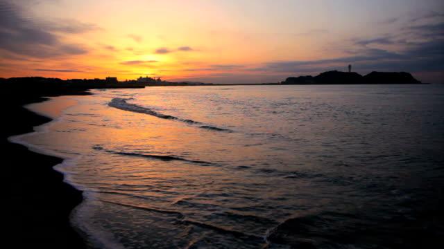 vídeos y material grabado en eventos de stock de mañana playa con enoshima - plusphoto