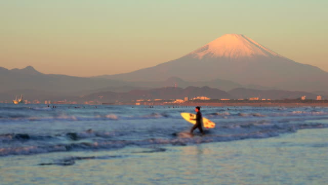 morgen strand mit mt. fuji - surfer - frieden stock-videos und b-roll-filmmaterial