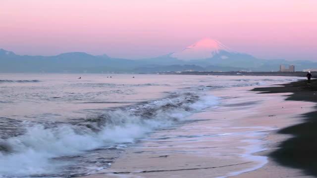 vídeos y material grabado en eventos de stock de mañana playa con rojo el monte fuji - plusphoto