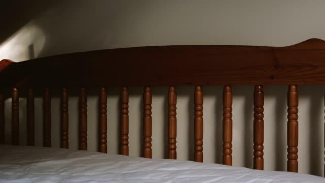 vídeos y material grabado en eventos de stock de la mañana cama - dormitorio habitación