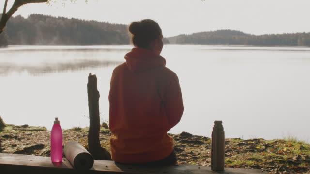 morgonkaffe utomhus - stillsam människa bildbanksvideor och videomaterial från bakom kulisserna