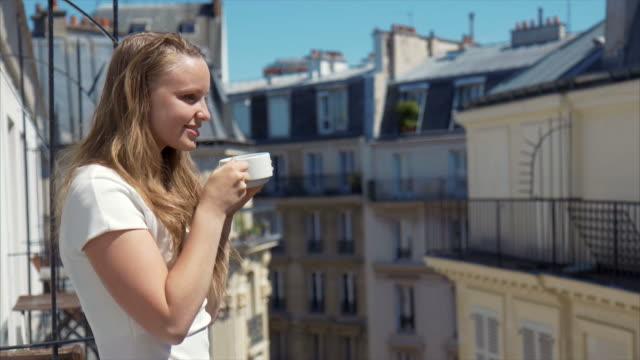 vidéos et rushes de café du matin (ralenti) - balcon