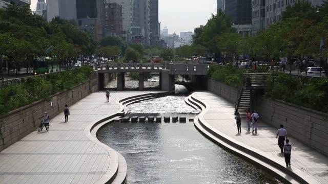 morning commuters and pedestrians walk along a bridge over the cheonggyecehon stream in seoul south korea on friday aug 28 pedestrians walk along a... - gehaltsstreifen stock-videos und b-roll-filmmaterial