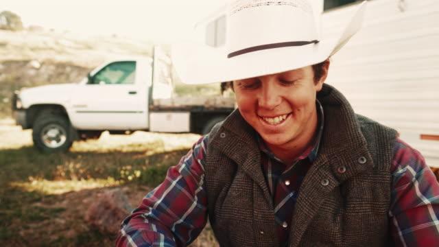 vidéos et rushes de cow-boy matin rompre dans l'utah - vidéo portrait
