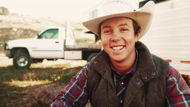 stockvideo's en b-roll-footage met ochtend cowboy breken in utah - cowboyhoed