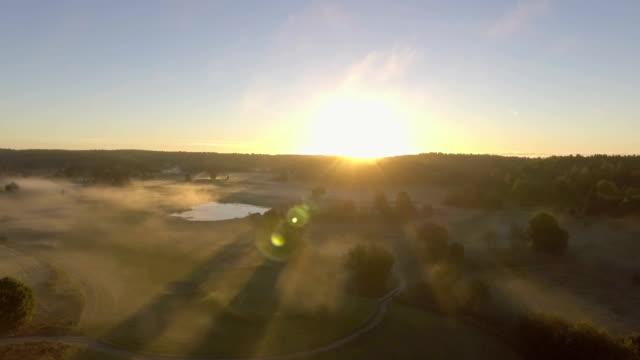 morgen nebel antenne - golfplatz stock-videos und b-roll-filmmaterial