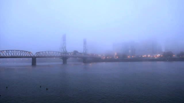 Morgen Nebel schweben über der Innenstadt von Portland, Oregon