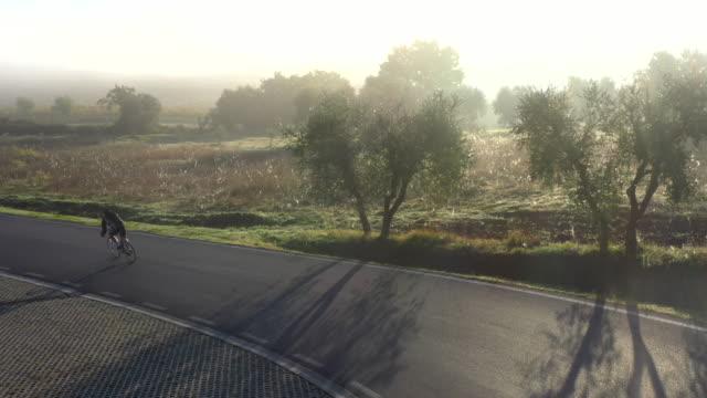 morning fog in the crete senesi countryside, tuscany - toscana bildbanksvideor och videomaterial från bakom kulisserna