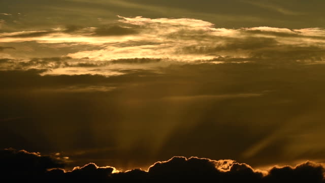 Resplandor de la mañana el cielo en movimiento