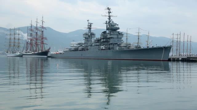 vidéos et rushes de matin dans le port et le vieux navires - armement