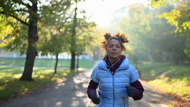 morning jogging - listening stock videos & royalty-free footage