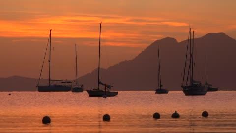 vídeos y material grabado en eventos de stock de morning light at the bay of puerto pollenca, majorca, balearic islands, spain, mediterranean, europe - escena de tranquilidad