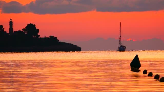 vídeos de stock, filmes e b-roll de morning mood at the bay of puerto pollenca, majorca, balearic islands, spain, mediterranean, europe - boia equipamento marítimo de segurança