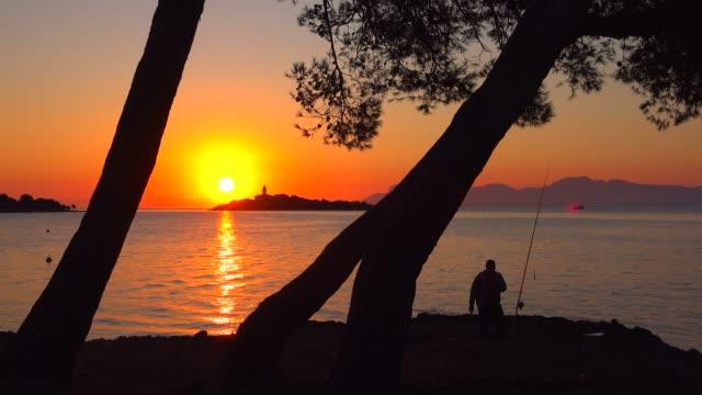 vidéos et rushes de morning mood at the lighthouse of alcanada, badia d'alcudia, majorca, balearic islands, spain, mediterranean, europe - cadrage aux genoux