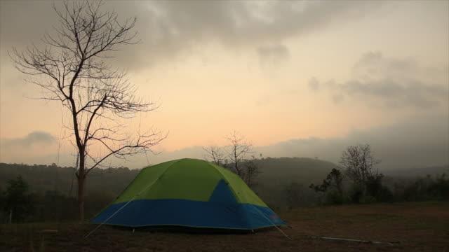 vídeos y material grabado en eventos de stock de mañana de campamento en la naturaleza - tienda de campaña