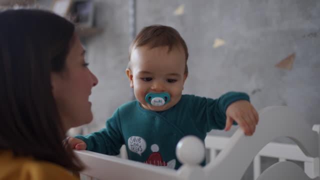 stockvideo's en b-roll-footage met ochtend spelen met mama in zijn wieg - wieg