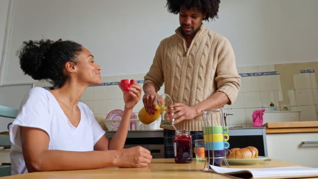 vídeos y material grabado en eventos de stock de rutina matutina, pareja en la cocina - loft apartment