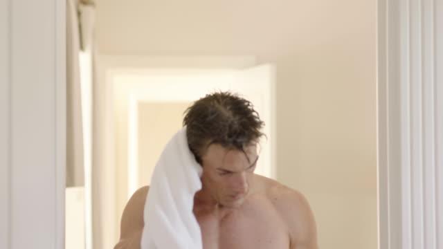 morning routine - solo uomini maturi video stock e b–roll