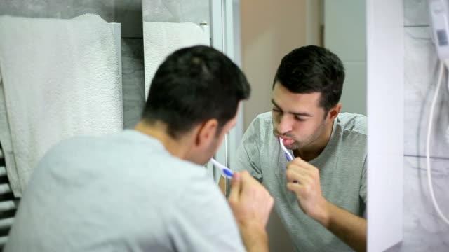 vídeos de stock, filmes e b-roll de rotina matinal  - escovar dentes