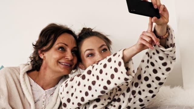 morning selfie - figlia femmina video stock e b–roll