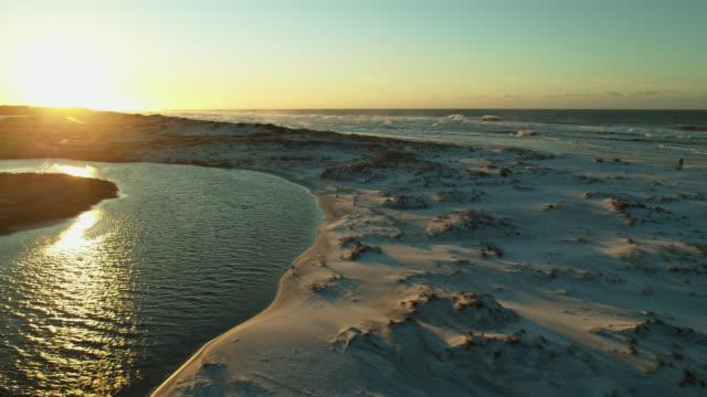 白い砂の朝の太陽 - ドローンショット - 海岸線点の映像素材/bロール