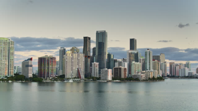 morgensonne glinting auf miami hotels und condo towers - luftblick - biscayne bay stock-videos und b-roll-filmmaterial