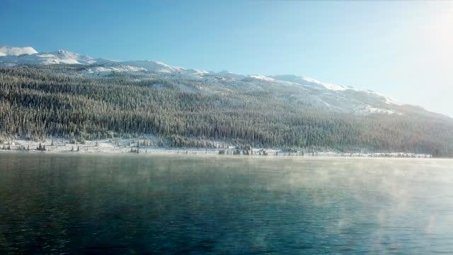 vídeos y material grabado en eventos de stock de luz solar matutina con el lago de invierno - norte