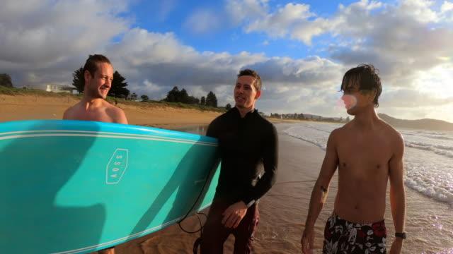 vídeos de stock, filmes e b-roll de surf matinal em sydney - amizade masculina