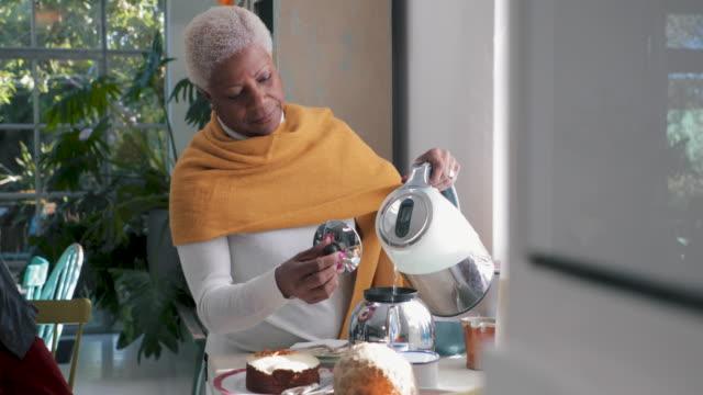 morgon te - förberedelse bildbanksvideor och videomaterial från bakom kulisserna