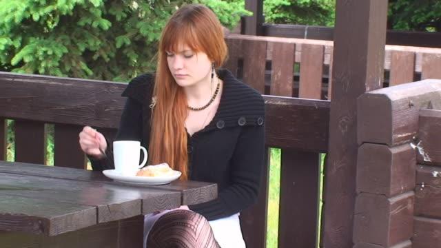 morning tee - endast en tonårsflicka bildbanksvideor och videomaterial från bakom kulisserna