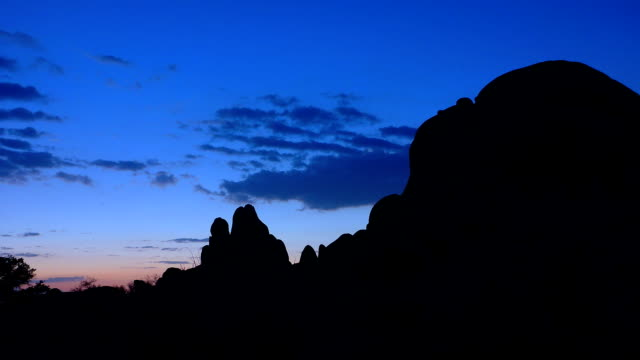 morning time lapse at skull rock joshua tree national park - joshua tree national park stock videos & royalty-free footage