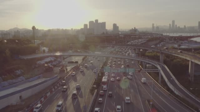 morning traffic on seongsan bridge and gangbyeon expressway, seoul - 移動中点の映像素材/bロール