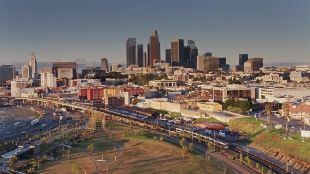 stockvideo's en b-roll-footage met ochtend treinen en verkeer in los angeles - drone shot - los angeles county