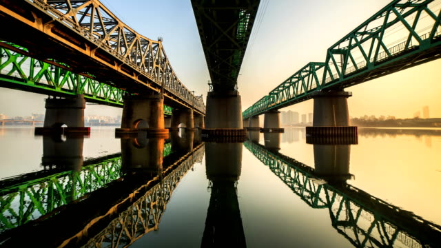 morning view of the han river seen from under the hangang railway bridge in seoul - 通勤電車点の映像素材/bロール