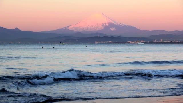 vídeos y material grabado en eventos de stock de mañana ola y el monte fuji-surfin - plusphoto