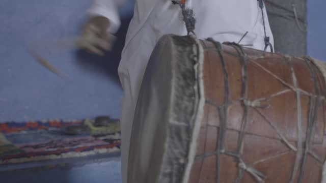 vidéos et rushes de moroccan man playing the drums at a party for tourists - minorité