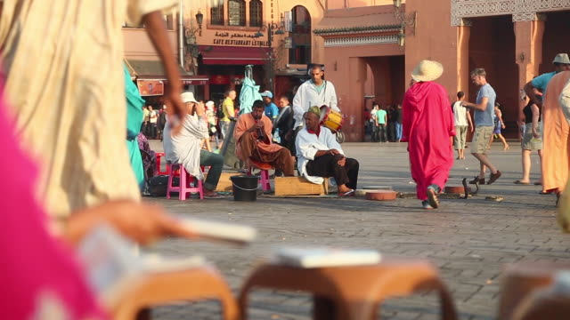 moroccan musicians playing in djamma el fna - wiese video stock e b–roll